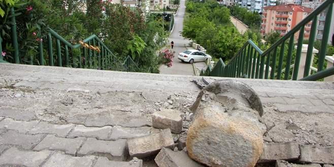 Park halindeki otomobil merdivenlerden uçtu