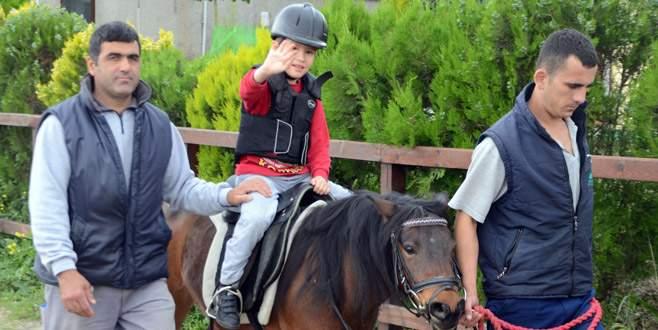 Engellerini 'atlı terapi' ile aşıyorlar