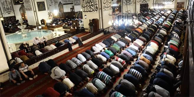Bursalılar ilk teravih için camileri doldurdu