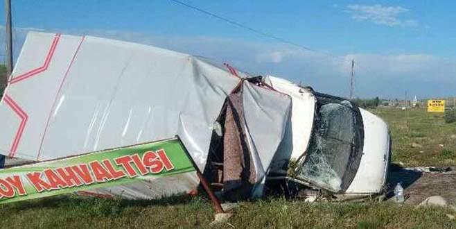 Tarım işçilerini taşıyan kamyonet devrildi: 1 ölü, 21 yaralı