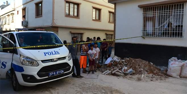 Cinnet getiren kişi eşini bıçakladı, evi ateşe verdi: 3 ölü