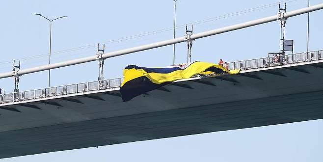 15 Temmuz Şehitler Köprüsü'ndeki Fenerbahçe bayrağı yakıldı