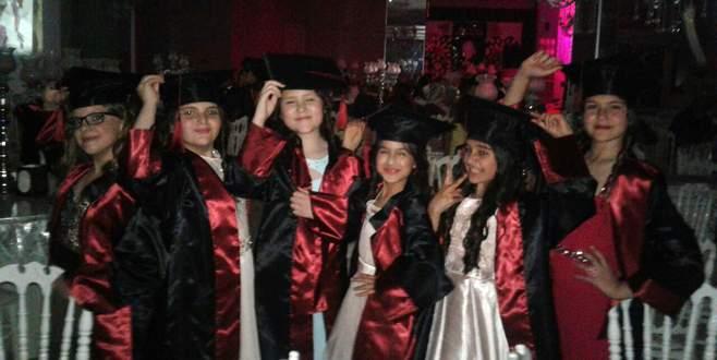 İlkokullu miniklerden renkli mezuniyet balosu