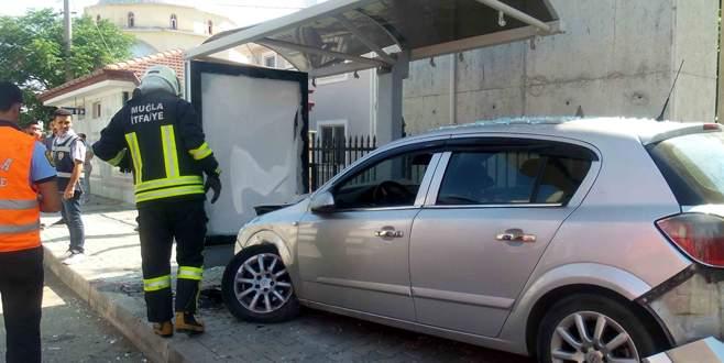 Otomobil durakta bekleyen öğrencilere çarptı: 6 yaralı
