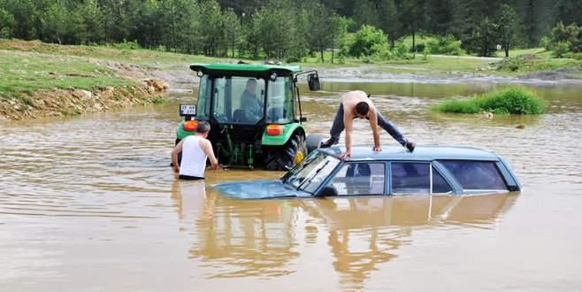 Çeşmeden su getirmek isterken otomobil su altında kaldı