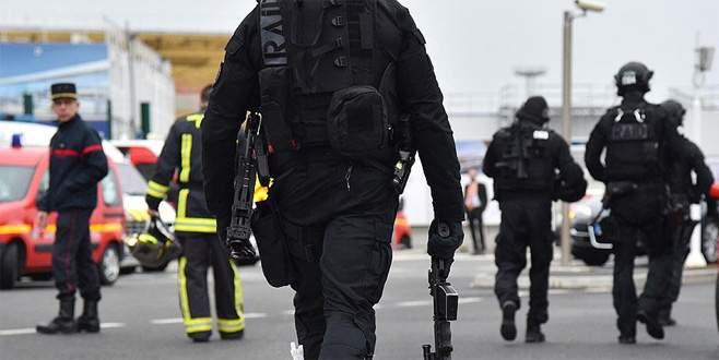 Paris'te polise saldırı