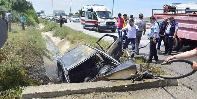 Menfeze çarpan araç alev aldı: 4 ölü