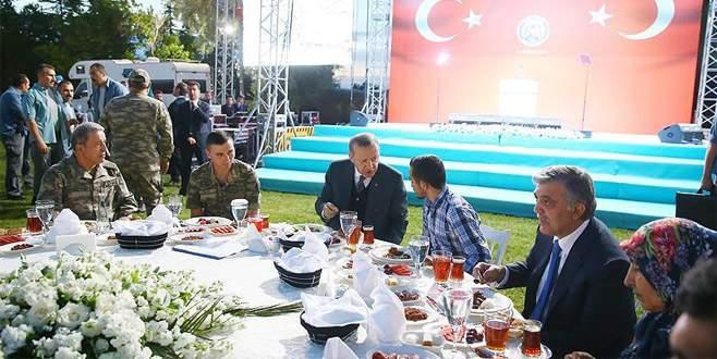 Erdoğan şehit aileleri ve askerlerle iftarda buluştu