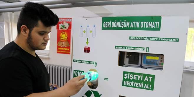 Bursa'daki bu makine 3 pet şişeye bir sakız veriyor