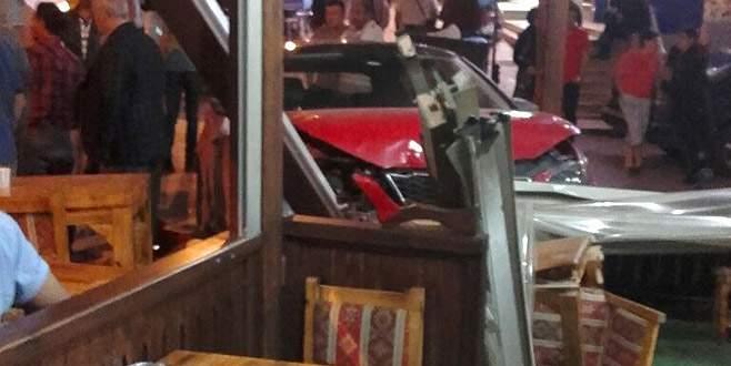 Otomobil börekçi dükkanına girdi