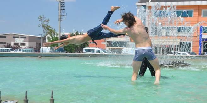 Bursa'da çocukların süs havuzlarındaki 'tehlikeli' eğlencesi
