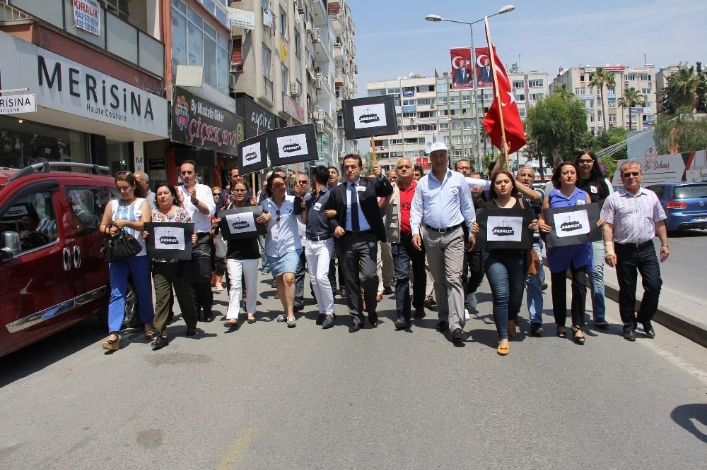 CHP'liler, Mersin'de Cumhuriyet Meydanı'na yürüdü