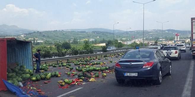 Bursa'da kamyon yan yattı!