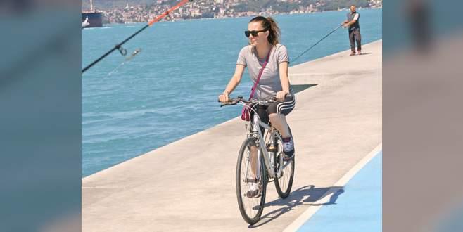 Formunu bisikletle koruyor