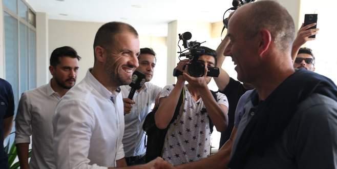 Mustafa Er kapıda karşıladı