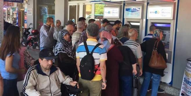Maaşlar yattı, ATM kuyrukları uzadı