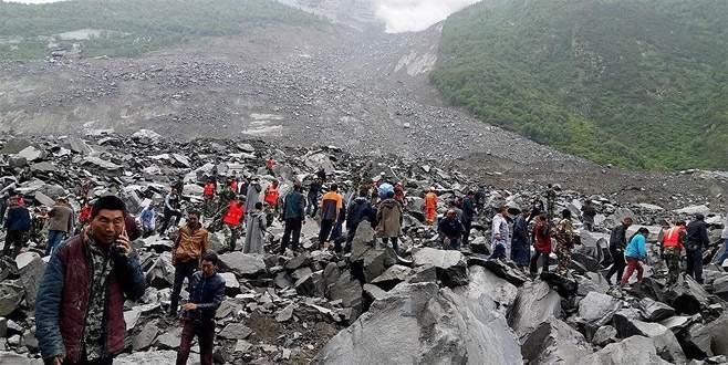 Heyelan köyü yok etti: 141 kişi toprak altında
