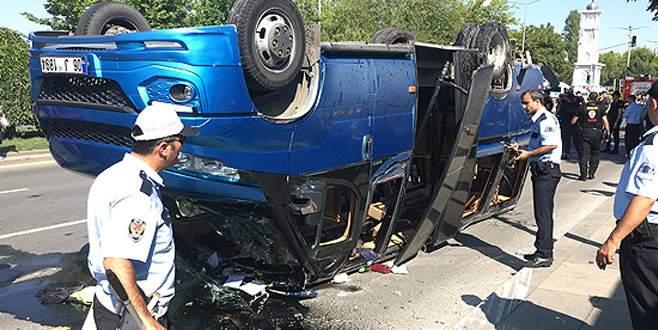 Otomobil yolcu minibüsüne çarptı: 16 yaralı