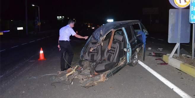 Yolcu otobüsüyle çarpışan otomobil ikiye bölündü: 2 ölü