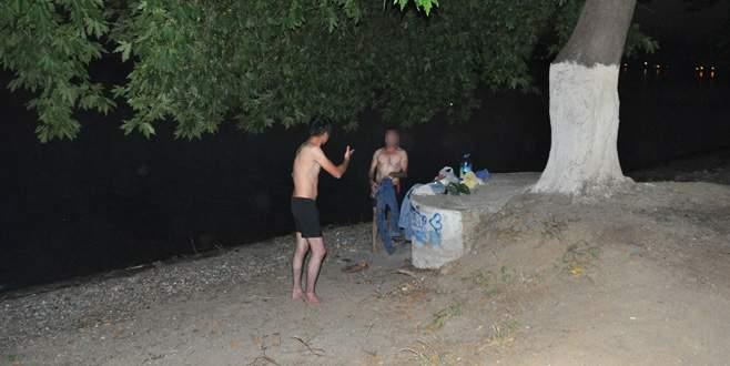 Bursa'da alkollü 2 genç ortalığı bir birine kattı
