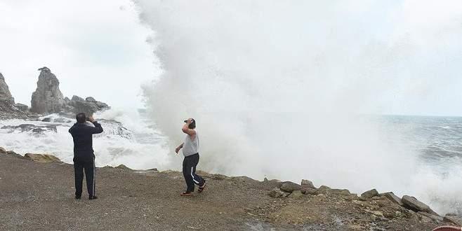 Bartın'da rüzgarla gelen dalgalar ilgi odağı oldu