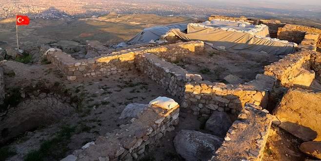 Dağın zirvesinde alttan ısıtmalı 'Sultan Hamamı' bulundu