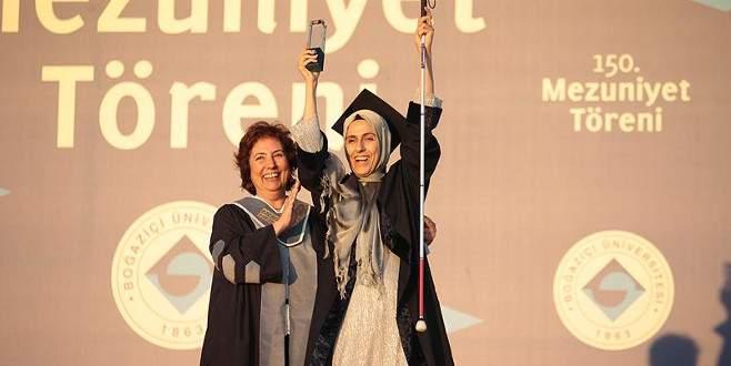 Görme engelli anne üniversiteyi birincilikle bitirdi