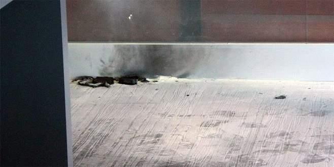 Yere atılan şarj cihazından çıkan duman korkuttu