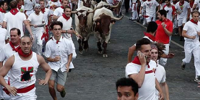 San Fermin Festivali'nde boğalarla ilk koşu yapıldı