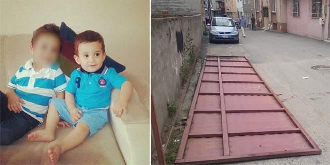 Bursa'da 7,5 metrelik kapı 2 çocuğun üzerine düştü: 1 ölü
