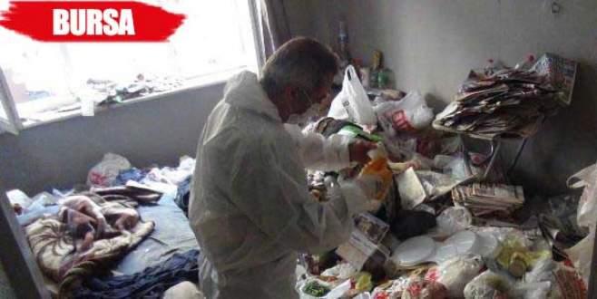 Çöp evden farelerin parçaladığı 3 bin lira çıktı