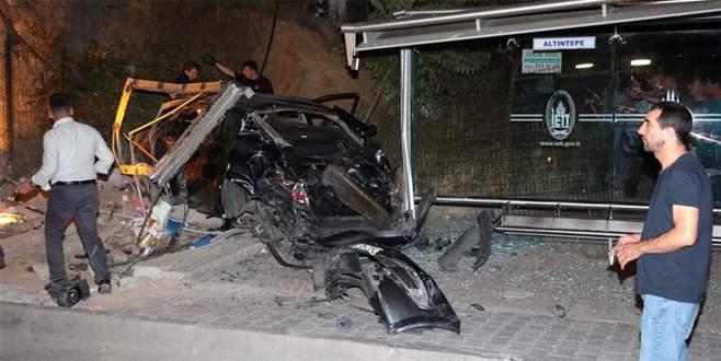 Otomobil otobüs durağına daldı: 1 ölü, 1 yaralı