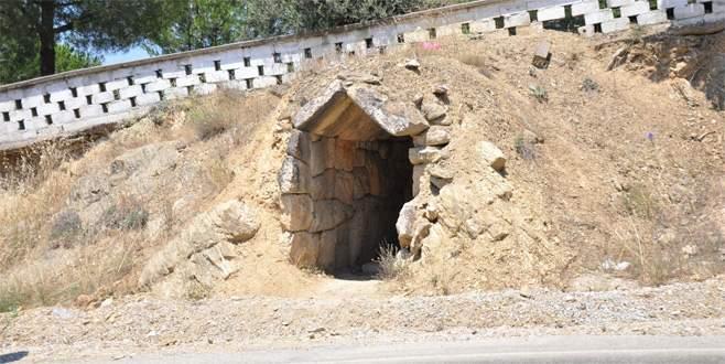 Roma döneminden kalan mezar odası definecilerin talanına uğradı