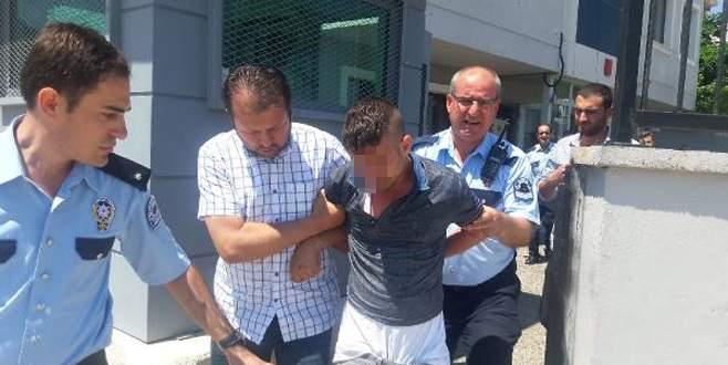 Kendisini yakalayan polise silah çekti ve kolunu ısırdı