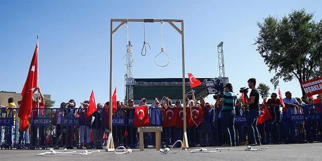 İdam sehpalarıyla FETÖ'cüleri protesto ettiler