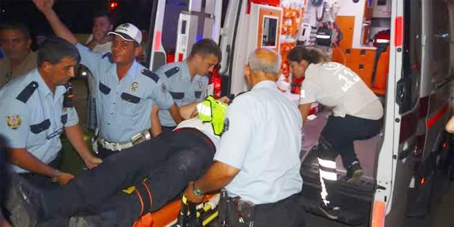 Uygulama noktasında otomobilin çarptığı polis yaralandı