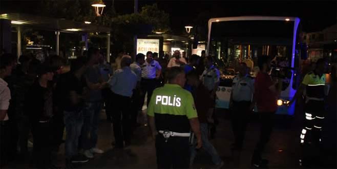 Belediye otobüsü durakta yolculara çarptı