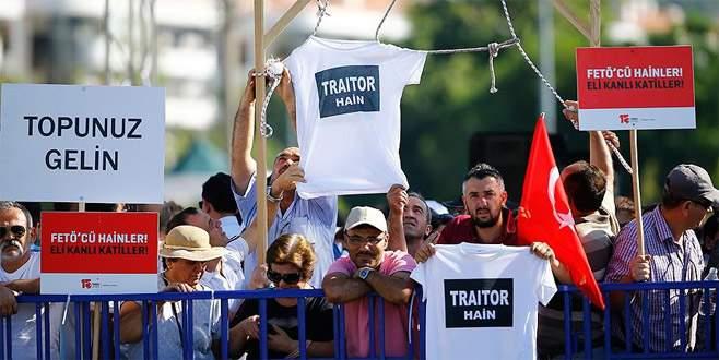 'Hero' tişörtlü FETÖ'cüye 'traitor' tişörtlü tepki