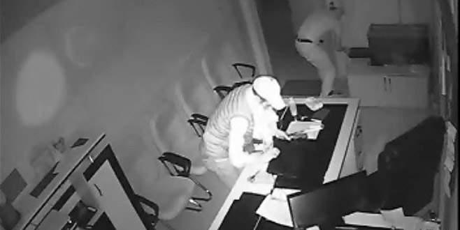 Okula giren hırsızlar kameralara yansıdı