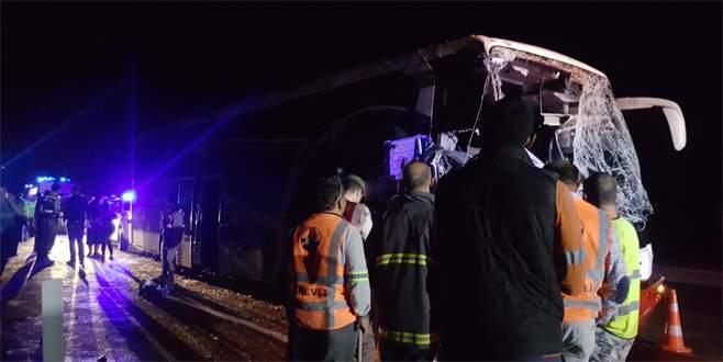 Yolcu otobüsü, önündeki kamyona çarptı: 1 ölü, 24 yaralı