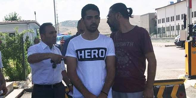 'Hero' yazılı tişörtle duruşmaya gelen şüpheli tutuklandı