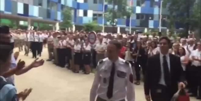 Askerler Villiers'i alkışlarla uğurladı