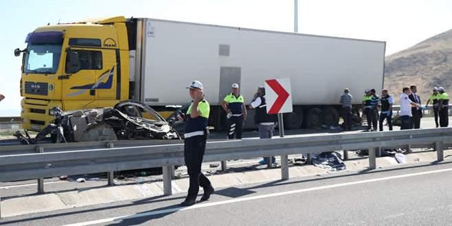 Otomobil TIR'a çarptı: 4 ölü, 2 yaralı