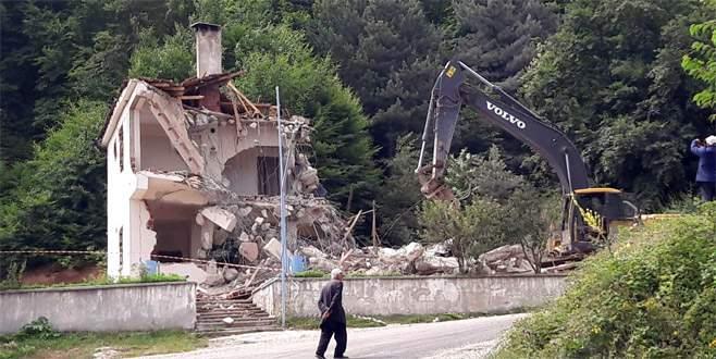 Bursa'da 28 yıl süren dava sonunda köy konağı yıkıldı