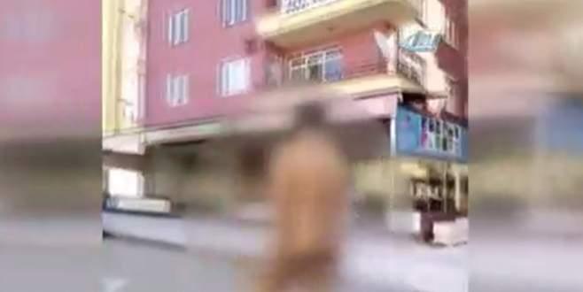 Caddenin ortasında çırılçıplak yürüdü