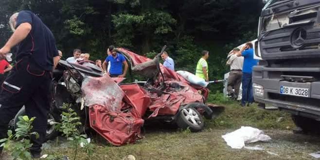 Otomobil ile kamyon çarpıştı: 3 ölü, 3 yaralı