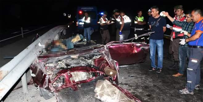 Otomobil bariyerlere çarptı: 3 ölü, 1 yaralı