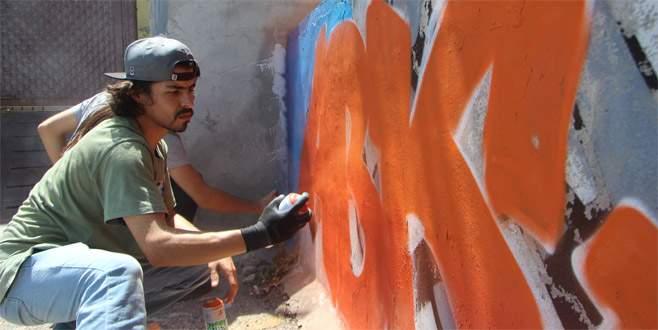 Sokaklar güzelleşsin diye duvarları ücretsiz boyuyorlar