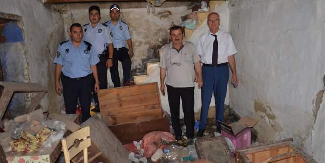 Gemlik'te çöp ev belediye tarafından temizlendi