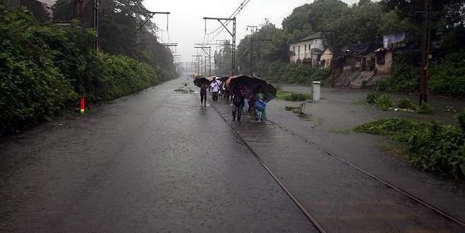 Hindistan'daki selde bir haftada 48 kişi öldü